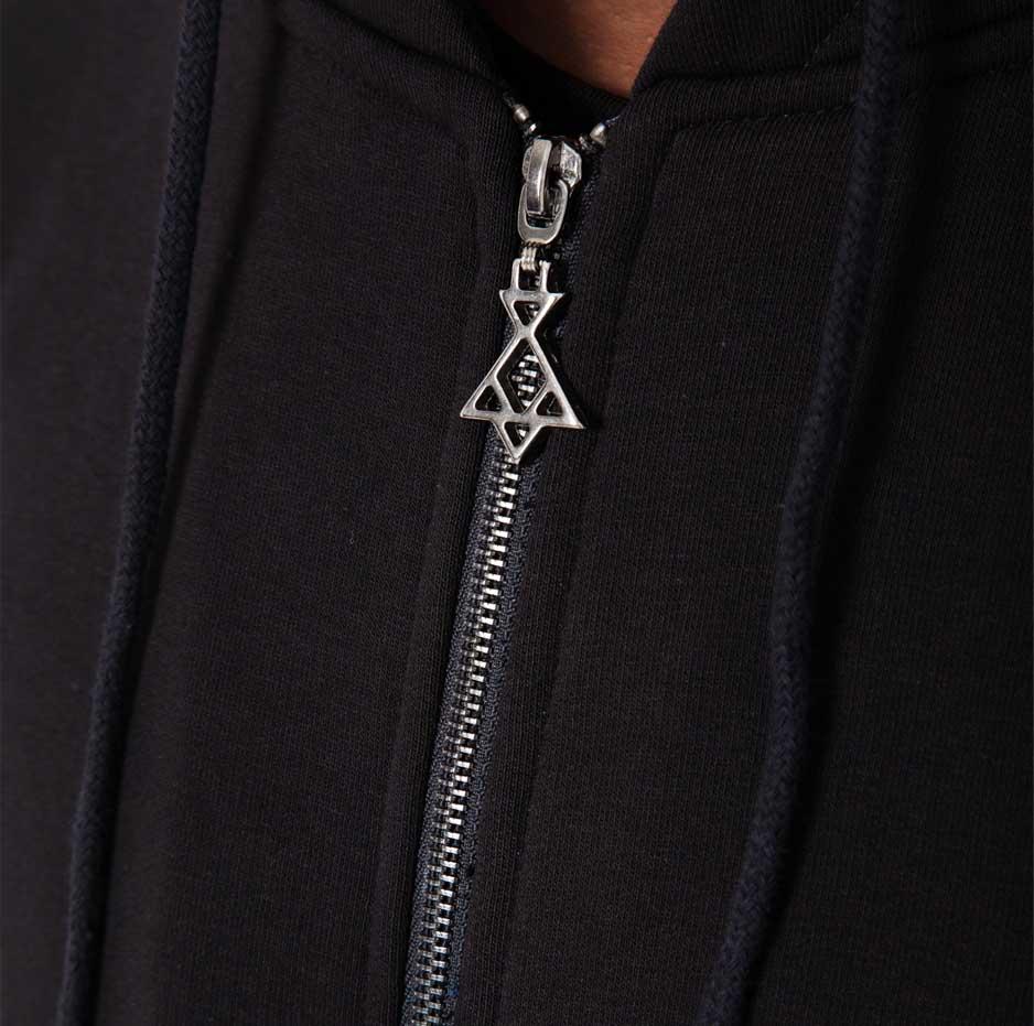 Black jacket with contrasting hood_zip_zoom