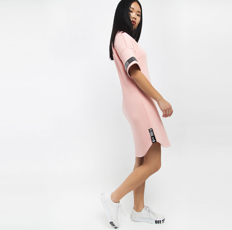 Pink dress with details on sleeves_side