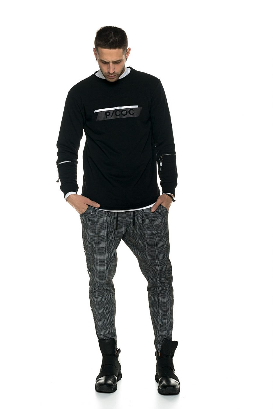 Reflective sweater with zipping on the sleeves
